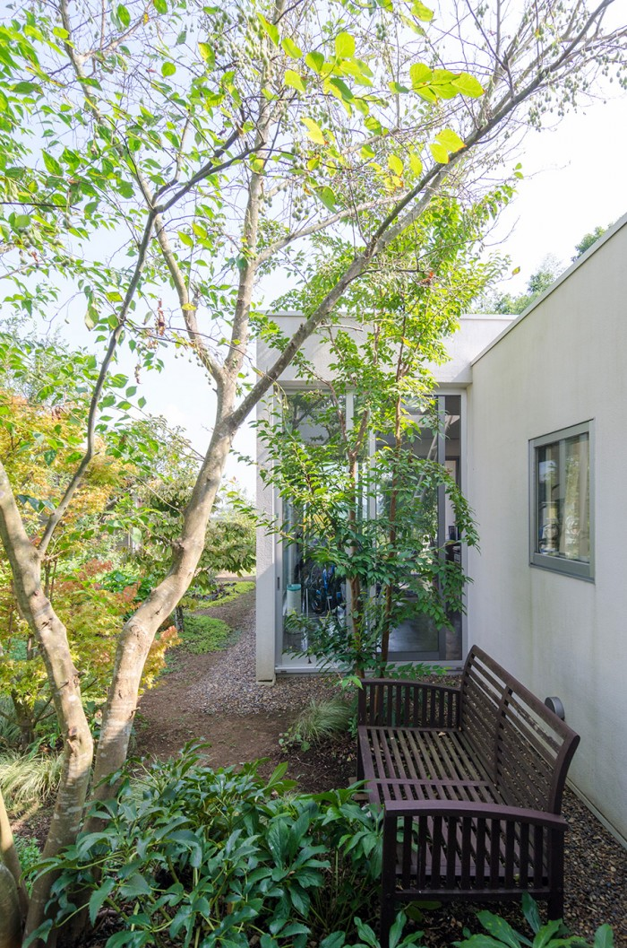 寝室側から山﨑さんの部屋を見る。庭を眺めるベンチが置かれている。