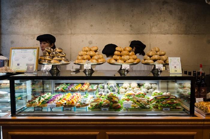 オーダーは対面式。客とスタッフの距離が近いので、パンの特長やわからないことは聞きながら選ぶことができる。