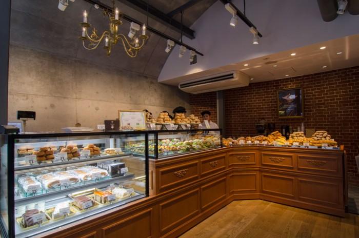 店内は、ホーフベッカライ エーデッガー・タックスの長い歴史を感じさせるようなクラシカルなインテリアでレイアウトされている。