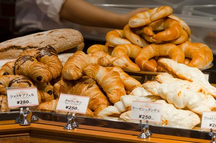 チーズを巻き込んだケーゼシュタンゲルやチョコレートが入ったショコキプフェルなど約20種類のパンが並ぶ。