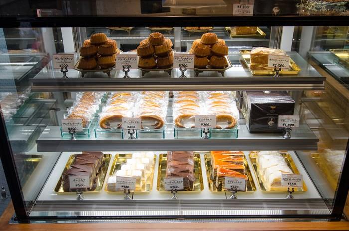 ショーケース上段に並ぶのは「マジパンクグロフ」。パンプキンシードやオレンジピール、レーズンの3種類を用意。中央右には「シシーブッセル」が並ぶ。ケーキは期間限定の味も登場。通うたびに新しい味と出会うことができる。