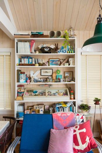 ガムボールマシーンやフォトフレームなど、小泉さんらしいモノが並ぶ作り付けの本棚。