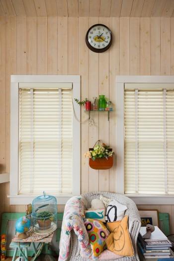 ひとつひとつの椅子やクッションにストーリーが感じられる。窓と窓の間にもお気に入りのものを飾る。