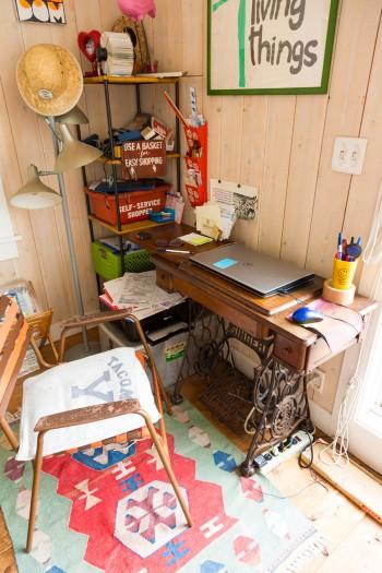小泉さんのお母さんが使っていたミシンをデスクに。椅子の座面は、専用のテープをアメリカから通販して自分で張り直した。