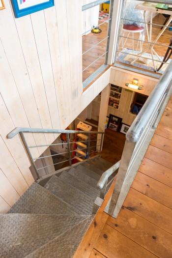 1階に降りる階段の手摺りも特注で作ってもらったものだそう。時間とともにいい味が出ている。