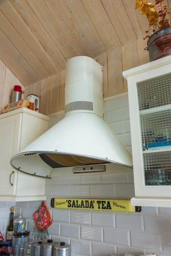 キッチンのレンジフード、タイルや、吊り戸棚のガラスなど、ディティールにも気を配っている。