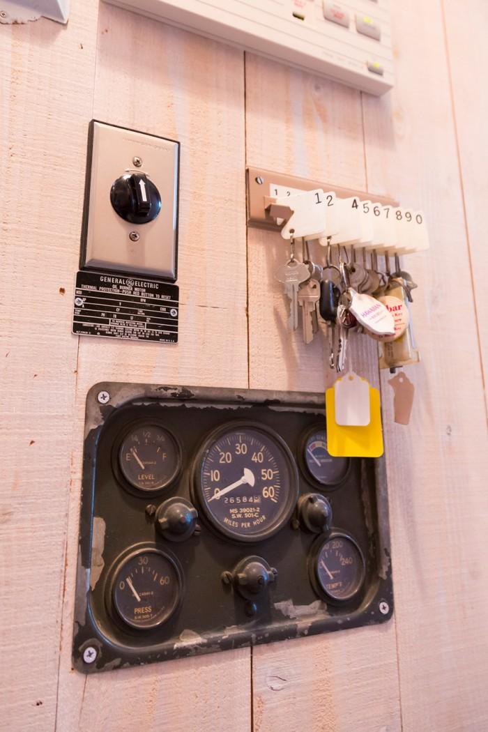 暖房設備かなにかのスイッチパネルと思いきや、古いクルマのインパネ。最高速度は時速60km/hなのがご愛嬌。