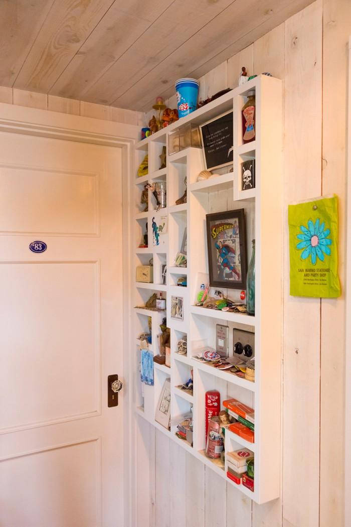 小物を飾ることができる棚。「この棚のアイディアはいただきもの(笑)。家を作る時にぜひやりたかったことのひとつです」