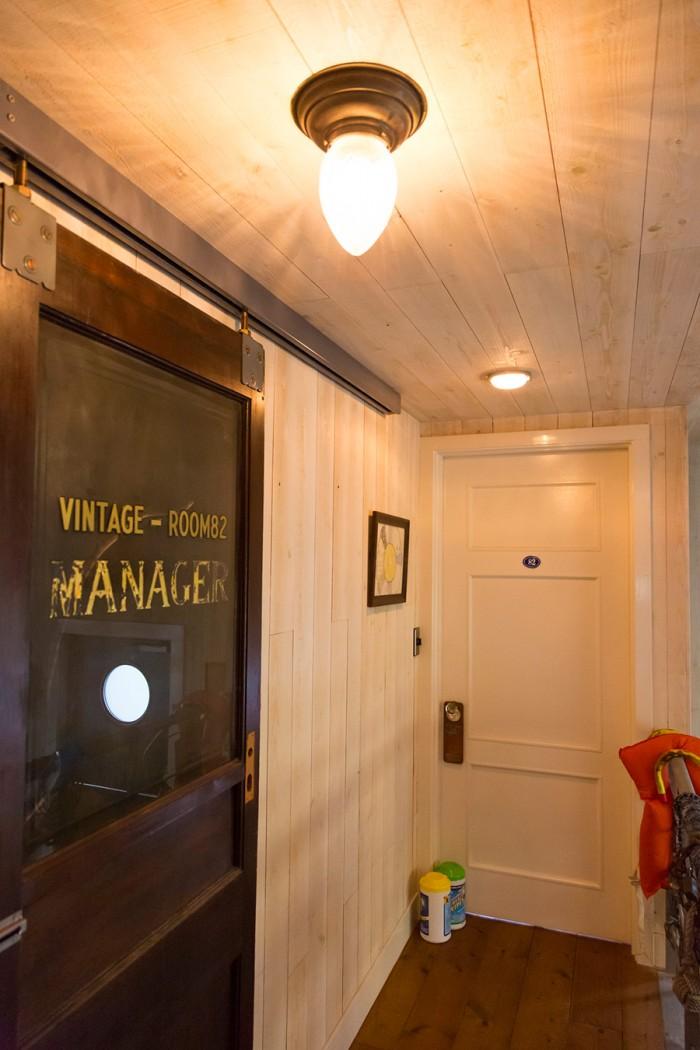 「開き戸にすると廊下を塞いでしまうので、アンティークのドアは吊り戸にしました」