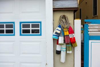 ガレージのブルーの窓枠や、アンティークの木製のブイは、小泉さんがペイント。