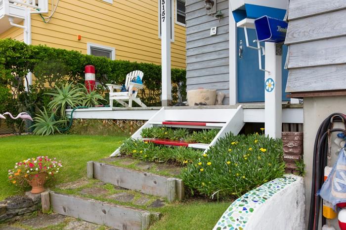 綺麗に手入れされた前庭。エントランスのステップに植物を植えこむアイディア。