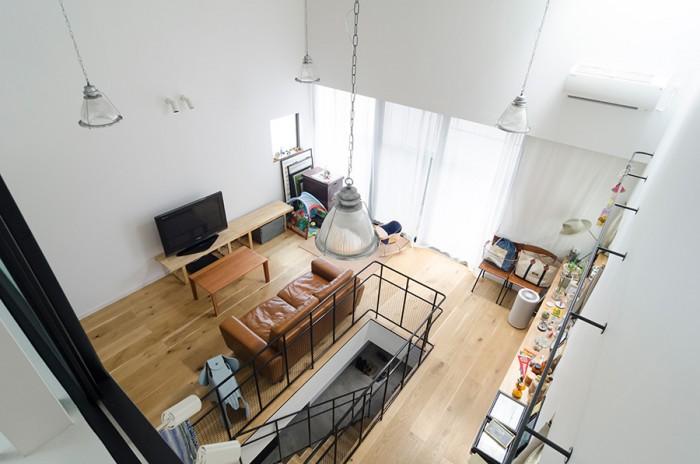 ロフトからリビングを見下ろす。天井からぶら下がる特徴的な照明は、エイジング加工を施したものという。