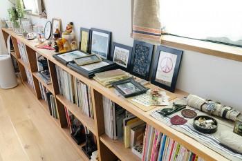 棚の上には趣味で集めた小物などが並ぶ。