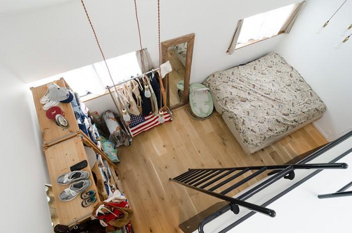ロフトから寝室を見下ろす。3つセットにした照明を2カ所に設けているのがポイント。