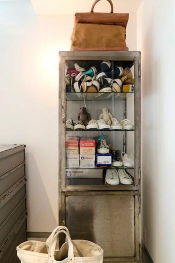 Uさんのスニーカーのコレクションが味のある1940年代の医療棚に収められている。