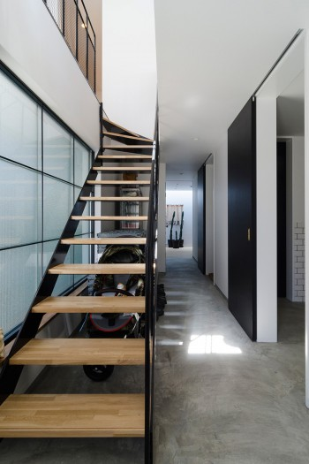 1階は2階とは対比的にモルタルの床にした。昼間なら、トップライトからの光で奥の部屋でもこれだけ明るい。