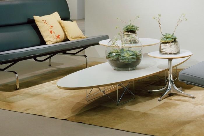 幅2.2mと十分な長さなので大きなソファとも相性がいい。