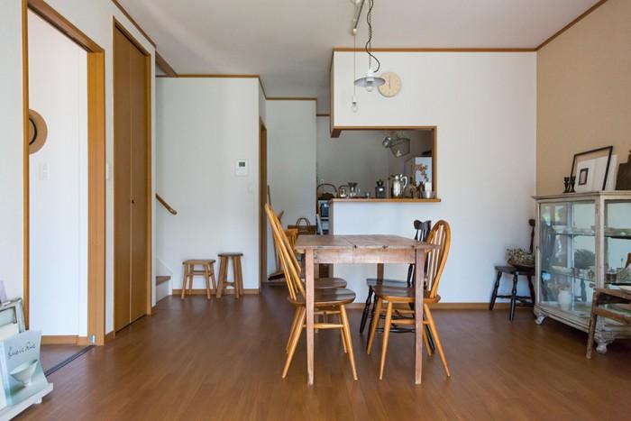 1階のリビングダイニング。好きな家具だけを置き、無駄なものを省いたすっきりとした空間。