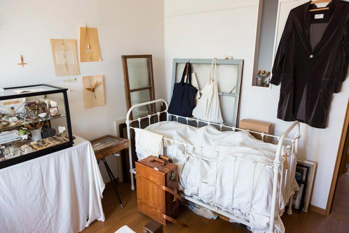 長男が赤ちゃんのときに使っていたベビーベッドもアンティーク。壁にかけた服は、お気に入りの服飾作家さんへオーダーしたもの。