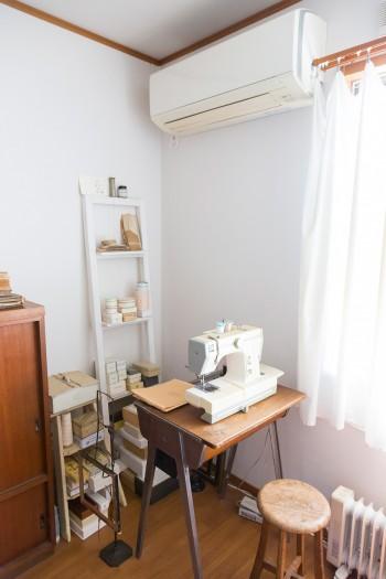 学校で使われていたアンティークの机をミシン台に。