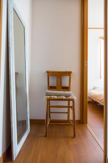 """""""いつの間にかたくさん集めていた""""椅子のコレクションのひとつ、チャーチチェア。IKEAの鏡は縁をアンティーク調に塗装した。"""