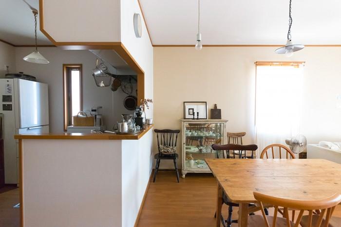 明るい日が差し込むリビングダイニング。オープンキッチンで調理しながら子供の様子も伺える。