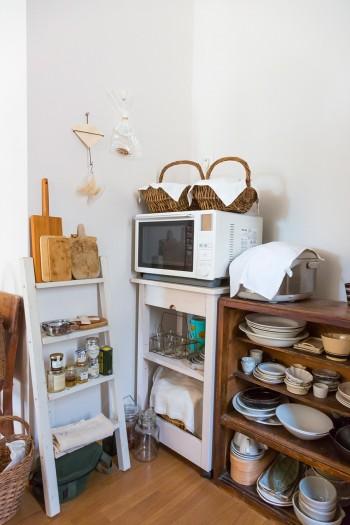 キッチンの実用的なコーナーにも古い棚を活用。何気ないコーヒーペーパーホルダーも作家もの。