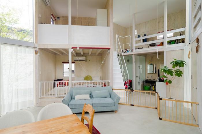 1階の右側奥が水回りで左が寝室。寝室がリビングに接しているが、この配置は、健二さんが疲れて帰宅して先に寝てしまった場合でも、「何となくいっしょにいる空気感」が感じられていいという。