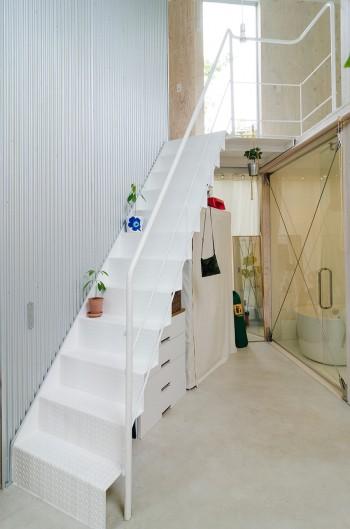 この部分の壁には外壁と同じ素材が使われて、外階段のような趣きも。