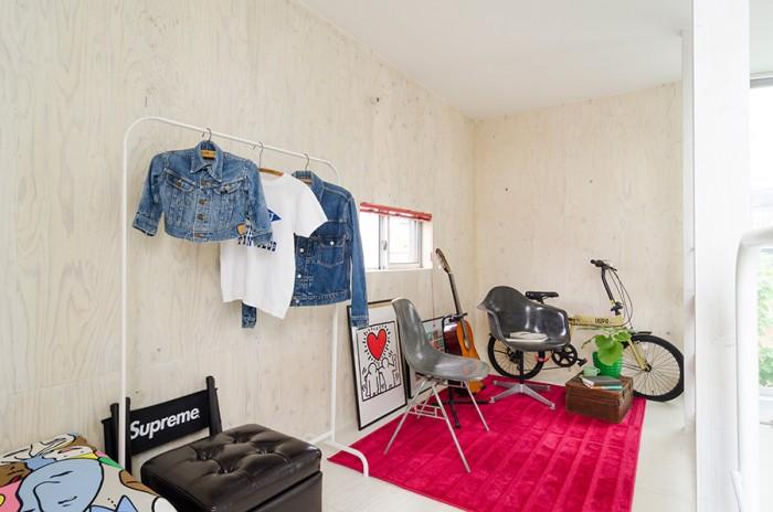 趣味の共有部屋。お子さんと由美子さんの服、そして、イームズの椅子や楽器などのお気に入りのモノが何気なく置かれているのがオシャレ。