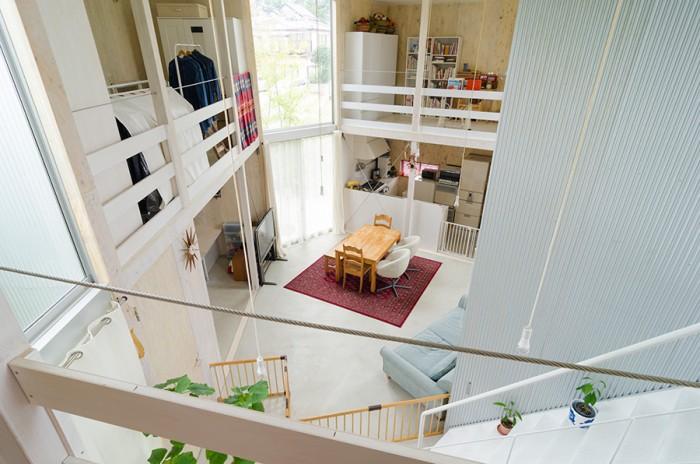 2階に上がるとガラリと風景が変わる。そしてこの場所から、階段の向こう側にある子ども部屋に移ると見える風景がまたさらに劇的に変わる。
