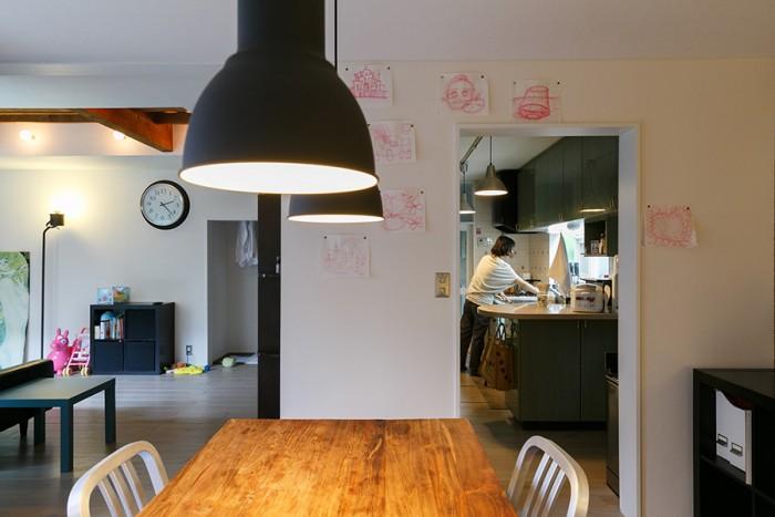 ダイニングから見て右がキッチン、左がリビング。キッチンとリビングは奥でつながっていて、ぐるぐると回ることができる。