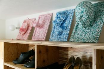 靴箱の上に飾られているアートは亮さんの作品。ものづくりが好きで、暇があると何かつくりたくなるそう。