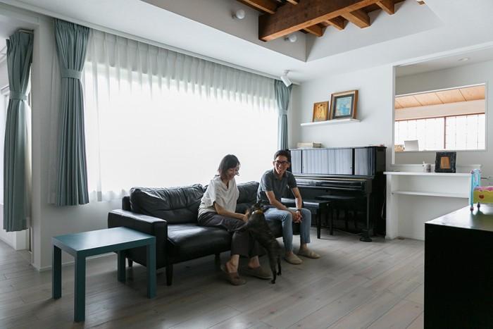 淡いグレーの床の色は、井上邸だけのオリジナル。素材はボルドーパインで、一般的なフローリング板よりも厚い贅沢な材をつかった。