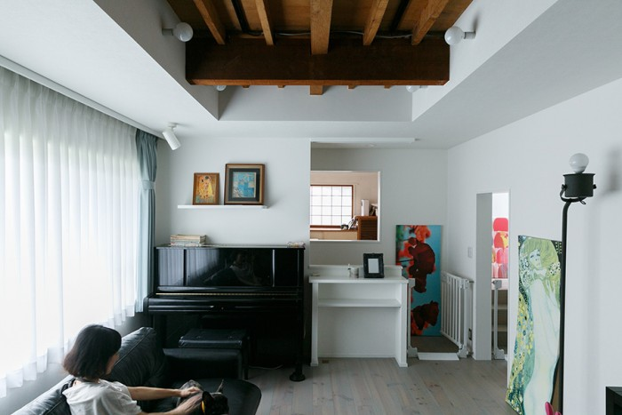 リビングの天井は、一部をおりあげて古い梁をあらわしにした。照明が仕込んであり、夜には梁がやさしく照らされる。