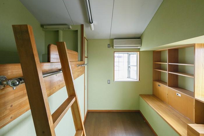 ベッドや収納がつくりつけられた2階の子ども部屋。「面白いので既存のまま残しました。子どもが大きくなったら使ってもらう予定です」(亮さん)。