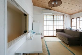 中2階に独立してつくられた和室は、アクセサリーデザイナーである亜矢子さんの仕事場に。壁や襖、敷居を真っ白く塗りすっきりとさせた。