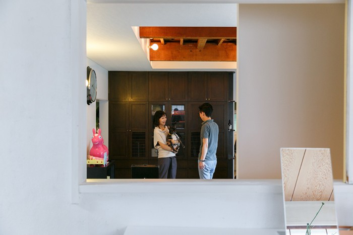 中2階の和室の襖を空けると、1階のリビングを見通せる。