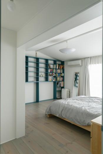 2階の主寝室。窓の外はテラスバルコニーになっていて、朝の光がよく入る。