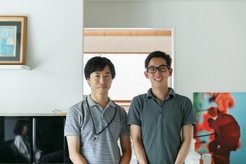 施主の井上亮さん(右)と、この家のリノベーションを請け負ったアイボリィアーキテクチュアの原崎寛明さん(左)。