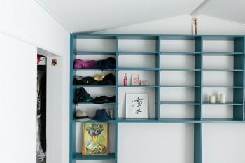 主寝室の棚は元々つくりつけられていたもの。夫妻の好きな色にペイントした。