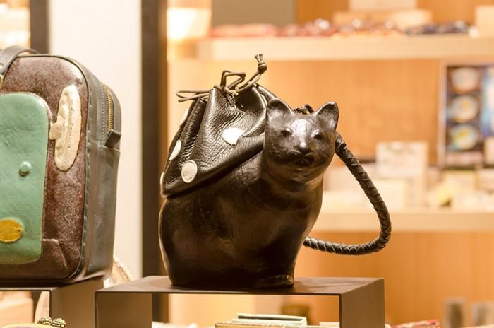 張り子と漆とレザーのバッグ「coshell2(コシェルドゥ)」。猫のバッグのほか、小鳥がかたどられたデザインも。