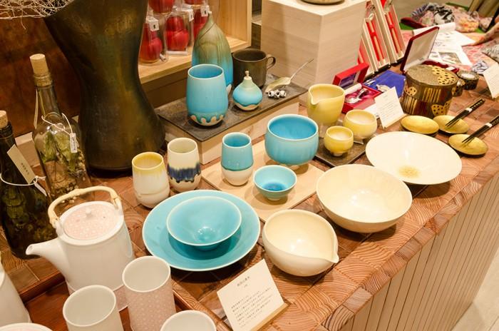 大阪の陶芸家・和山田真央による花器や食器。1点ものでそれぞれ表情の違いが楽しめる。