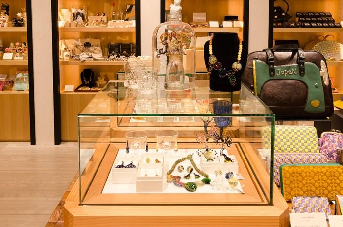 耐熱ガラスやバイレックスを用いて制作をする数少ないアーティストInoya Makiko。繊細さの中にダイナミックさが共存したグラスやアクセサリーは一生使い続けたい、とっておきのアイテムだ。