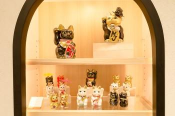 豪徳寺が発祥と言われる「招き猫」。日本ならではのかわいらしい縁起物にスワロフスキーやスパンコールなど世界中のパーツを使って作られた、遊び心とひらめきに満ちたキュートな「招き猫」だ。