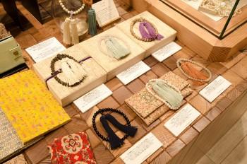 「人生の節目に出会う装飾小物」を提供するひいらぎからは、rooms Ji-Baオリジナルの色合わせで作られた念珠が並ぶ。正式な仏事でも使え、寺巡りや旅行などにも持ち歩きたい美しい念珠だ。