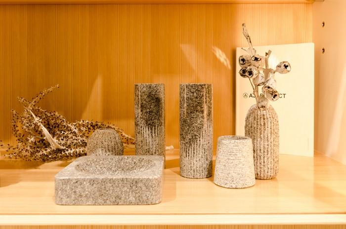 庵治石の産地・香川県で作られるAJI PROJECTのアイテムたち。「暮らしに寄り添う庵治石」をコンセプトに、紙や木のように普段の生活に違和感なく使えるグッズが揃う。