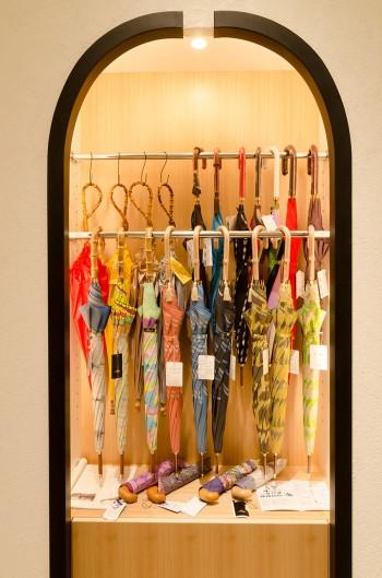 数あるアイテムの中でも人気が高い傘。中でも、創業140年以上を誇る槙田商店の傘はオリジナルのジャガード織の柄が特徴