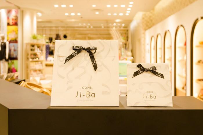 デザイン性の高い地場産アイテムは贈り物にも最適。ギフトバッグも3種類用意。