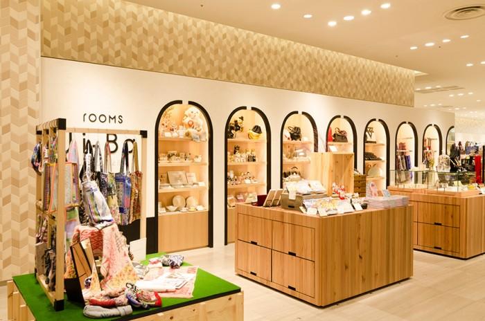 日本の伝統的な建材のひとつ、漆喰を用いたショップ空間。rをかたどった棚のフレームが印象的。